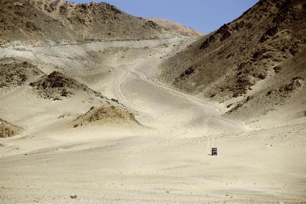 Offroad-Freude in einer Sandüste bei Leh in Ladakh.