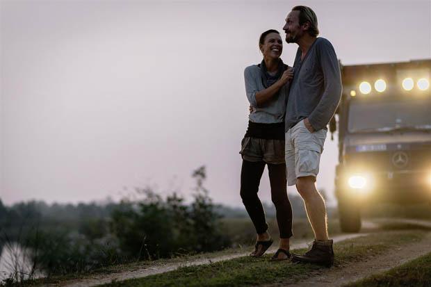 Jennifer und Peter vor ihrem Glaarkshouse in Südindien.
