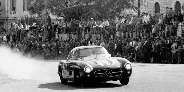 Mille Miglia (Brescia/Italien), 1. Mai 1955. Sieger in der Serien-Sportwagenklasse. John Cooper Fitch und Kurt Gesell (Startnummer 417) mit einem Mercedes-Benz Tourensportwagen Typ 300 SL.