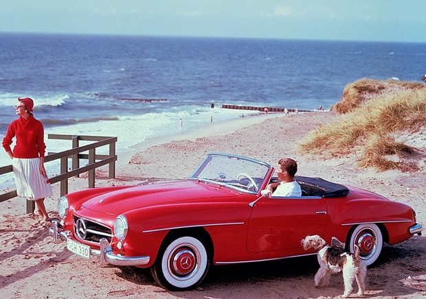 Zeitgenössisches Werbefoto des 190 SL aus den 1950er-Jahren auf der Ferieninsel Sylt in der Nachmittagssonne. Der 190 SL findet schnell sein status- und designbewusstes Publikum als eleganter und zuverlässiger Traumwagen, der finanziell erreichbar bleibt.