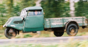 Schau historischer Fahrzeuge aus dem Handel im Museumsdorf