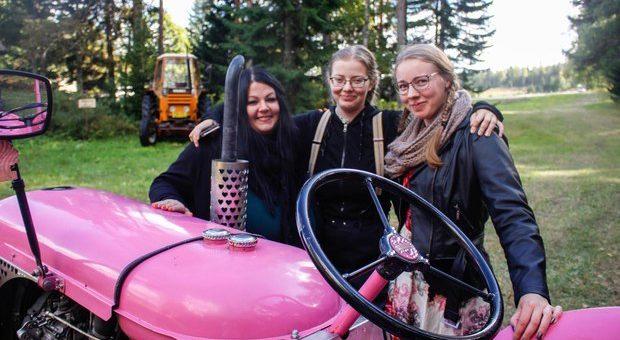 Drei junge Frauen finden in alten Valmet Traktoren ein gemeinsames Hobby